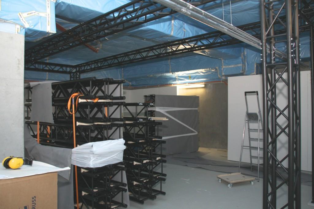 """Stahltraversen und Stellwände unterteilen die 600 Quadratmeter große Fläche in Ausstellungsräume. FFoto: <a href=""""http://www.bontempo.de"""">bontempo</a> - temporäre architektur"""
