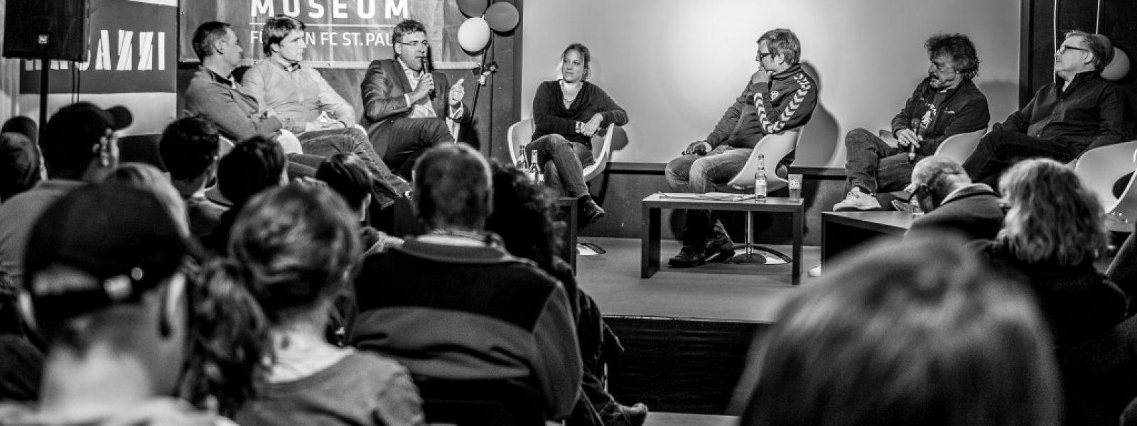 07 Blick auf die Bühne in den Fanräumen (Foto Sabrina Adeline Nagel SAH_8127)