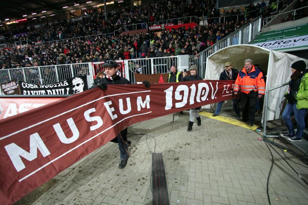 Das neue 1910eV-Banner betritt das Millerntor! Foto: Antje Frohmüller