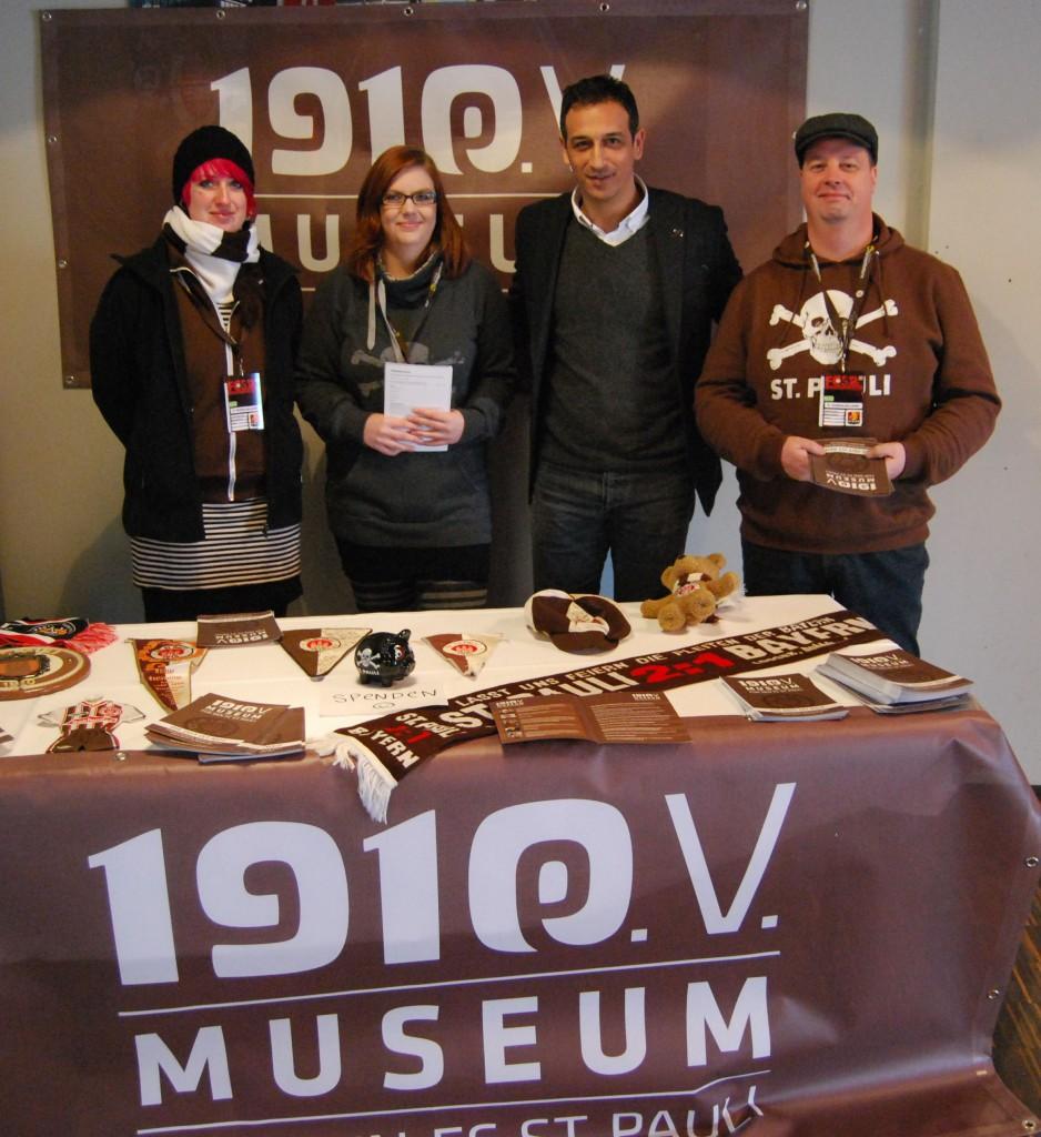 Beweisfoto vom FCSP-Neujahrsempfang 2013: Auch der Sportchef unterstützt 1910 - Museum für den FC St. Pauli e.V. Foto: Michael Pahl