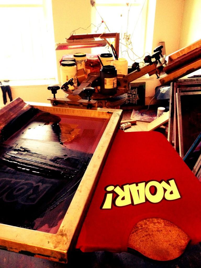 Das ROAR!-Shirt von 1910 e.V. und dem Supportblock Gegengerade in der Produktion. Foto: Zeckendruck